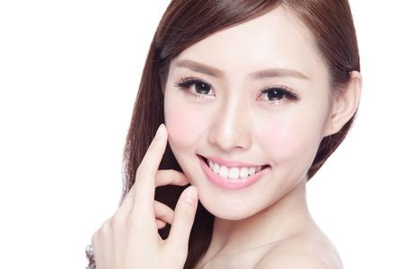 Schönheitsfrau mit reizend Lächeln zu Ihnen mit der Gesundheit Haut, Zähne und Haar lokalisiert auf weißem Hintergrund, asiatische Schönheit