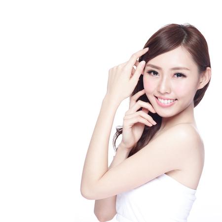 Piękna kobieta z czarującym uśmiechem na ciebie ze skórą zdrowia, zęby i włosy na białym tle, azjatyckie piękności