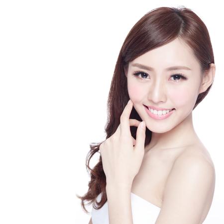 Krása žena s okouzlující úsměv na vás se zdravou kůži, zuby a vlasy na bílém pozadí, asijské krásy Reklamní fotografie