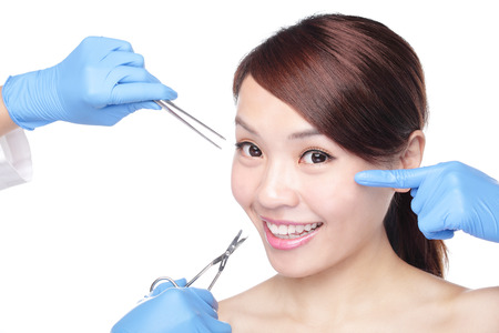 medico con paciente: Cierre de inyección de cosmética para la cara mujer bonita. Aislado en el fondo blanco, asiático Foto de archivo