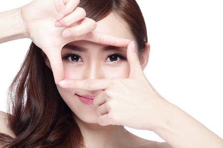 Gezicht van de vrouw en oogverzorging en ze maken frame met handen, Aziatische vrouw Stockfoto