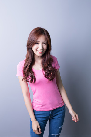 Sourire femme heureuse isolé sur fond gris, la beauté asiatique Banque d'images