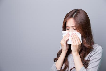 Een Vrouw vangt een koude, ziekte, Aziatisch Stockfoto