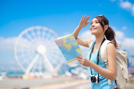 Donna di viaggio felice con ruota panoramica, Hong Kong, bellezza asiatico