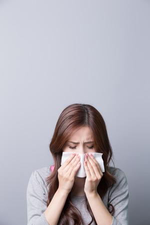 Kobieta łapie przeziębienie, choroby, asian