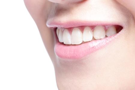 Schöne junge Frau, Gesundheit Zähne hautnah und charmanten Lächeln. Isolierte über weißem Hintergrund, asiatische Schönheit