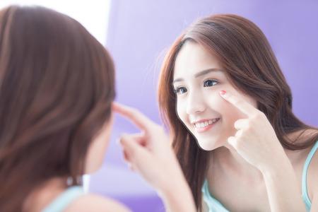 Twarz kobiety i pielęgnacja oczu i dotykać oczu z rąk, ona wygląda lustro. piękno Azji Zdjęcie Seryjne