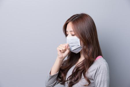 여자는 마스크를 착용하고 기침, 병, profie, 아시아 아름다움, 회색 배경