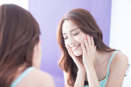 carita feliz: Hermosa mujer cuidado de la piel se relaja cerca de los ojos y disfrutar de ella. belleza asiática Foto de archivo