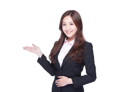 Manifestazione della donna di affari qualcosa isolata su fondo bianco, bellezza asiatica