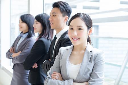 Grupa sukcesów ludzie biznesu zespala się w biurze, azjata