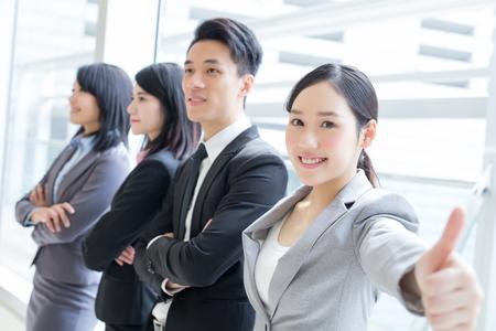 Groep van succes mensen uit het bedrijfsleven team toont de duim omhoog in het kantoor, Aziatisch