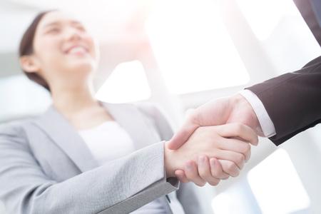Groupe de succès des gens d'affaires équipe se serrent la main dans le bureau avec le fond de la ville, asiatique
