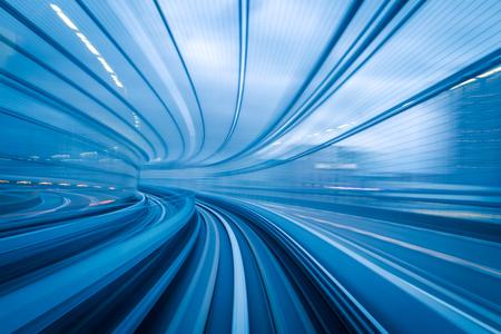 U-Bahn-Tunnel mit Bewegungsunschärfe einer Stadt von innen, ideal für Ihr Design