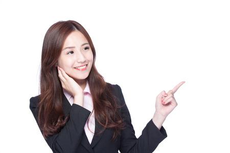 Geschäftsfrau-Show etwas lokalisiert auf weißem Hintergrund, asiatische Schönheit