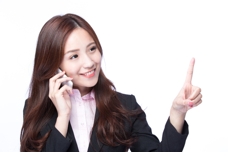 Jonge Zakenvrouw toont exemplaar lege ruimte en glimlach te praten over de mobiele telefoon op een witte achtergrond, model is een Aziatische schoonheid