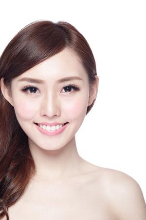femme de beauté avec charmant sourire à vous avec la peau de la santé, les dents et les cheveux isolé sur fond blanc, de la beauté asiatique Banque d'images