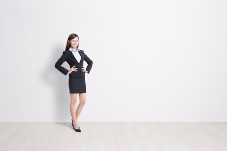 empleado de oficina: mujer de negocios de pie con pared blanca de fondo, perfecto para su diseño o texto, asiático