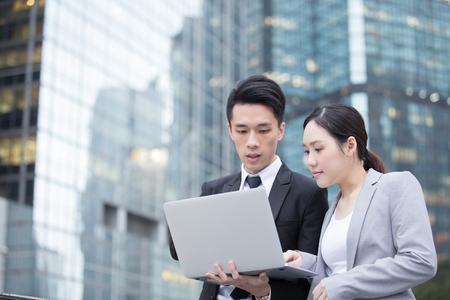 사무실 건물의 앞에 컴퓨터와 회의 비즈니스 사람들이 팀은 홍콩, 아시아에서 촬영