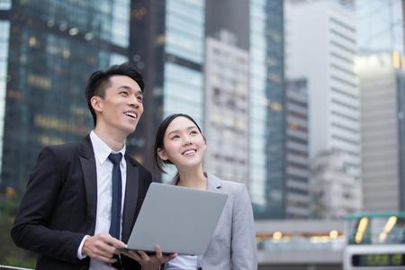Geschäftsleute mit Computer Treffen Team vor dem Bürogebäude, gedreht in Hong Kong, Asien