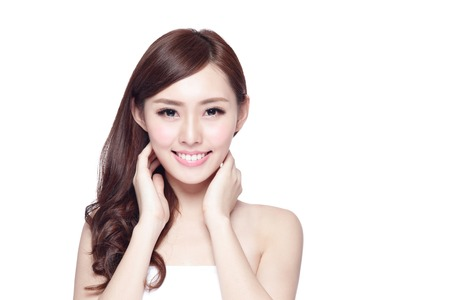 Beauty Frau mit einem charmanten Lächeln, Sie mit der Gesundheit der Haut, Zähne und Haare isoliert auf weißem Hintergrund, asiatische Schönheit