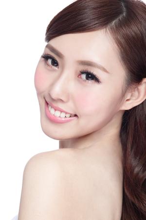 Beauty Frau mit einem charmanten Lächeln, Sie mit der Gesundheit der Haut, Zähne und Haare isoliert auf weißem Hintergrund, asiatische Schönheit Standard-Bild