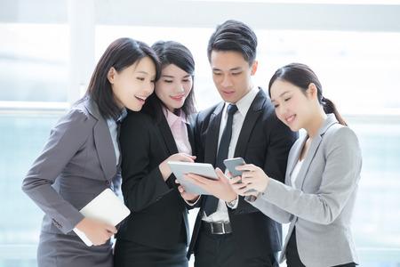 Geschäftsleute, die im Büro mit Computer Treffen Team Schuss in Hong Kong, asiatische Frau und Mann Standard-Bild