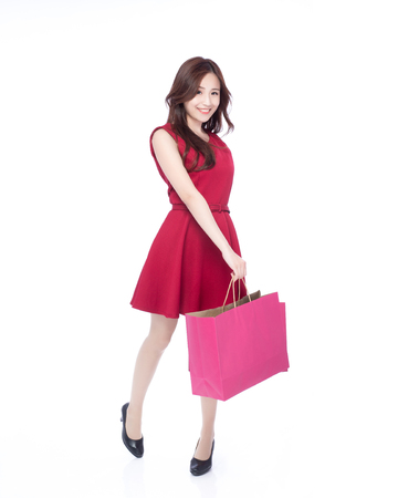Spaß beim Einkaufen junge Frau zeigen Taschen - isoliert auf weißem Hintergrund, voller Körper, asiatische Schönheit