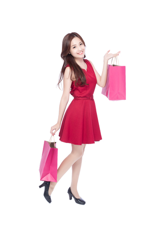 cuerpo completo: happy shopping young woman show bags - isolated on white background, full body, asian beauty
