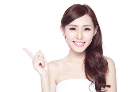Beauty Frau zeigen etwas zu Ihnen mit einem charmanten Lächeln, der Gesundheit der Haut, Zähne und Haare isoliert auf weißem Hintergrund, asiatische Schönheit Standard-Bild