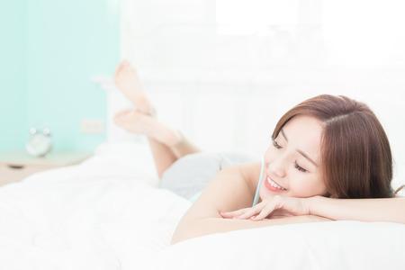 Zdraví žena Úsměv pocit bezstarostné a ona leží na posteli v dopoledních hodinách, Asiatka Reklamní fotografie