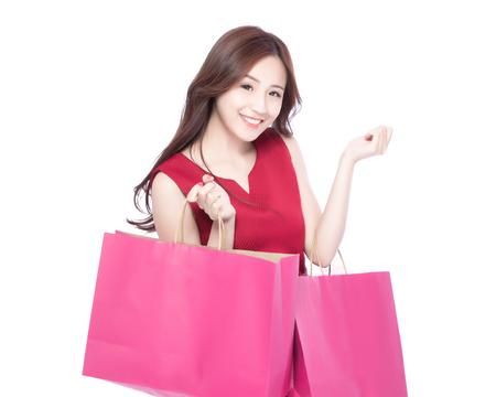 gelukkig winkelen jonge vrouw toont zakken - geïsoleerd op een witte achtergrond, Aziatische model schoonheid