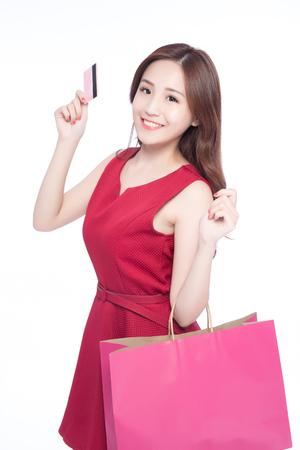 moda ropa: compras felices joven muestran la tarjeta de crédito y bolsas - aisladas sobre fondo blanco, modelo de belleza asiática