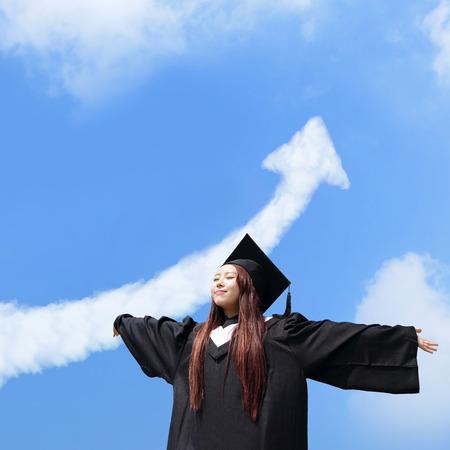 toga y birrete: feliz estudiante graduado futuro abrazo de la niña y se sienten sin preocupaciones se ven sube a la nube flecha en el cielo, que el desgaste de la tapa de graduación y bata, asiático Foto de archivo