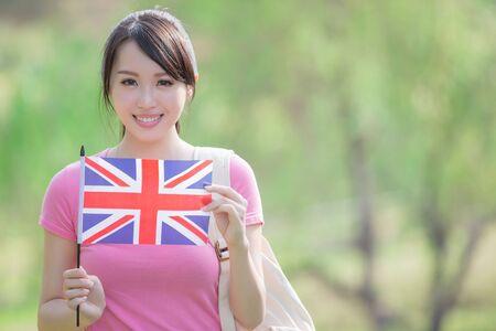 mujer alegre: Feliz niña estudiante universitario mantenga bandera británica con la naturaleza fondo blanco, asiático