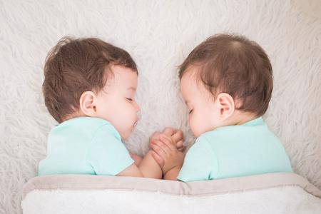 Nouveau-né beaux jumeaux de bébé dormant avec sucette. portrait Gros plan, caucasien enfant
