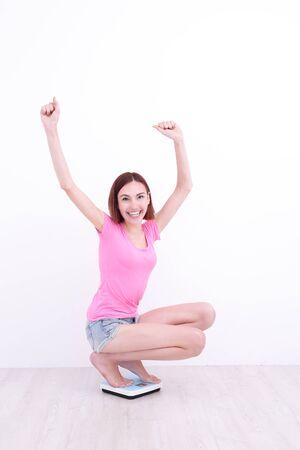 en cuclillas: chica blanca en cuclillas con las manos arriba