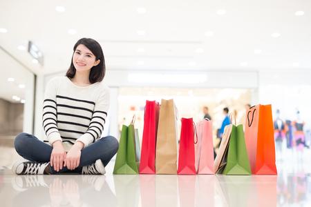 chicas de compras: feliz joven de las compras demostración de la mujer bolsas se sientan en el suelo en el honkong, asiático