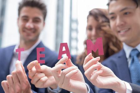 empleado de oficina: El trabajo en equipo concepto de negocio - empresarios felices de texto equipo demuestran, rodado en Hong Kong