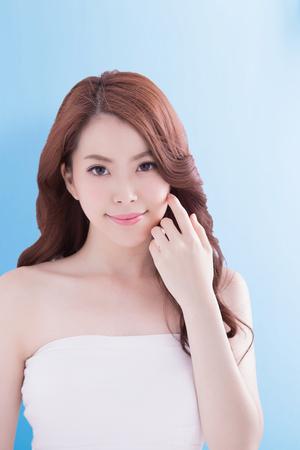 Beauty Frau mit einem charmanten Lächeln Sie mit blauem Hintergrund isoliert, asiatisch Standard-Bild - 60782580