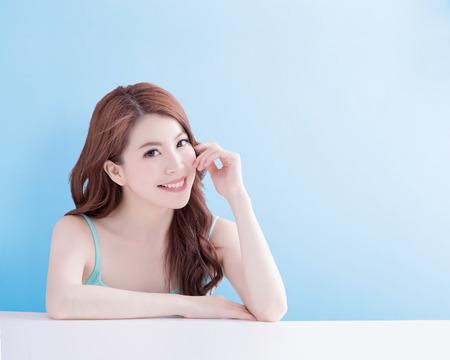 schoonheid vrouw glimlach en kijk je gelukkig met geïsoleerde blauwe achtergrond, aziatisch