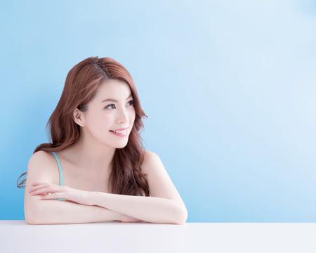 mujer de belleza sonreír y mirar con alegría con el fondo azul aislado, asiático