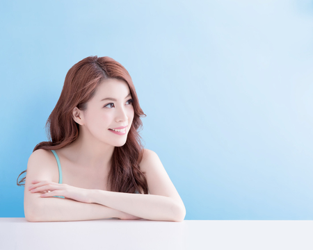 beauty woman smile and look you happily with isolated blue background, asian Stockfoto