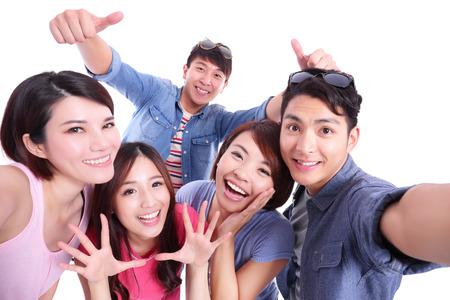 adolescentes felices de tomar imágenes por sí mismos aislados sobre fondo blanco, asiático