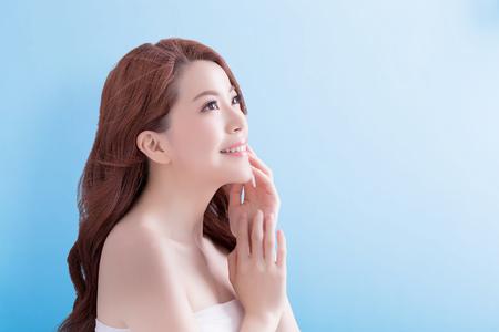 visage profil: beauté soins de la peau visage de femme et de regarder certains où sur fond bleu isolé, asiatique