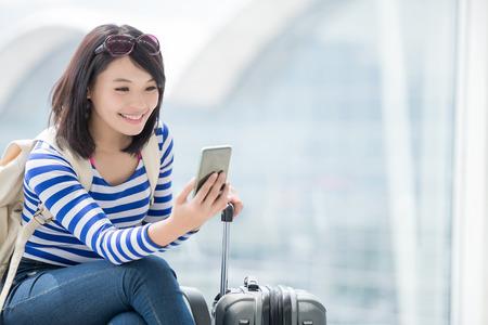 voyage: beauté femme prendre un téléphone intelligent et sourire