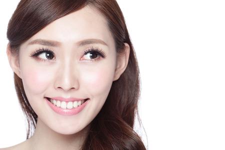 Blick Kopie Raum Schönheit Frau mit der Gesundheit der Haut, Zähne und Haare isoliert auf weißem Hintergrund, asiatische Schönheit