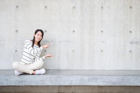 schoonheid vrouw glimlach en iets om u te voorzien van witte muur, Aziatische tonen
