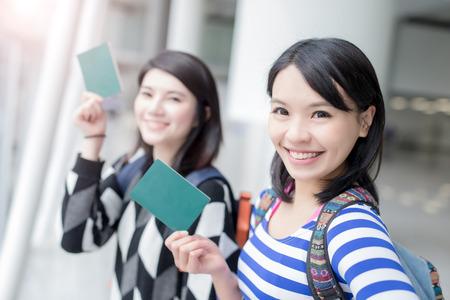 Szczęśliwi podróż w grupie kobiet trzymać paszport i wziąć autoportretów. strzał w Hong Kongu, asian