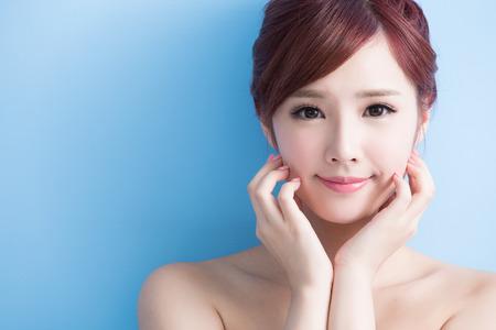 Beauty Hautpflege Frau Lächeln Ihnen auf blue isoliert, asiatisch